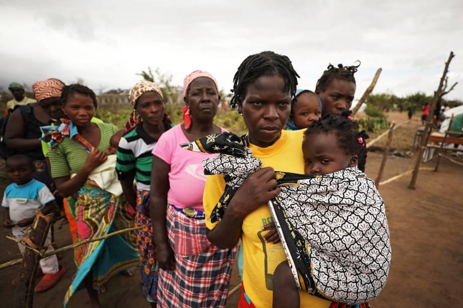 Mulheres e crianças aguardam para receberem tratamento médico após a passagem do ciclone Idai, na cidade de Beira, em Moçambique  - 23/03/2019