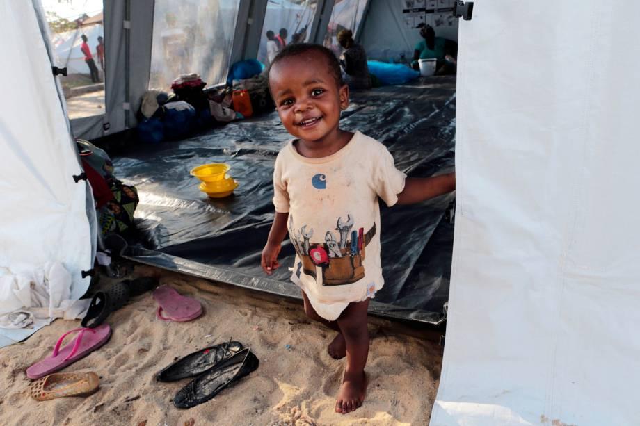 Bebê sorri em uma barraca montada para abrigar pessoas  com suspeita de cólera após passagem do ciclone Idai em Beira, Moçambique - 26/03/2019