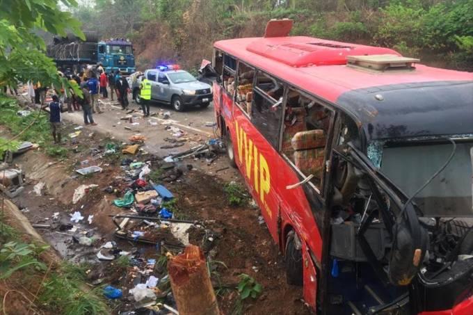 Acidente entre dois ônibus em Gana