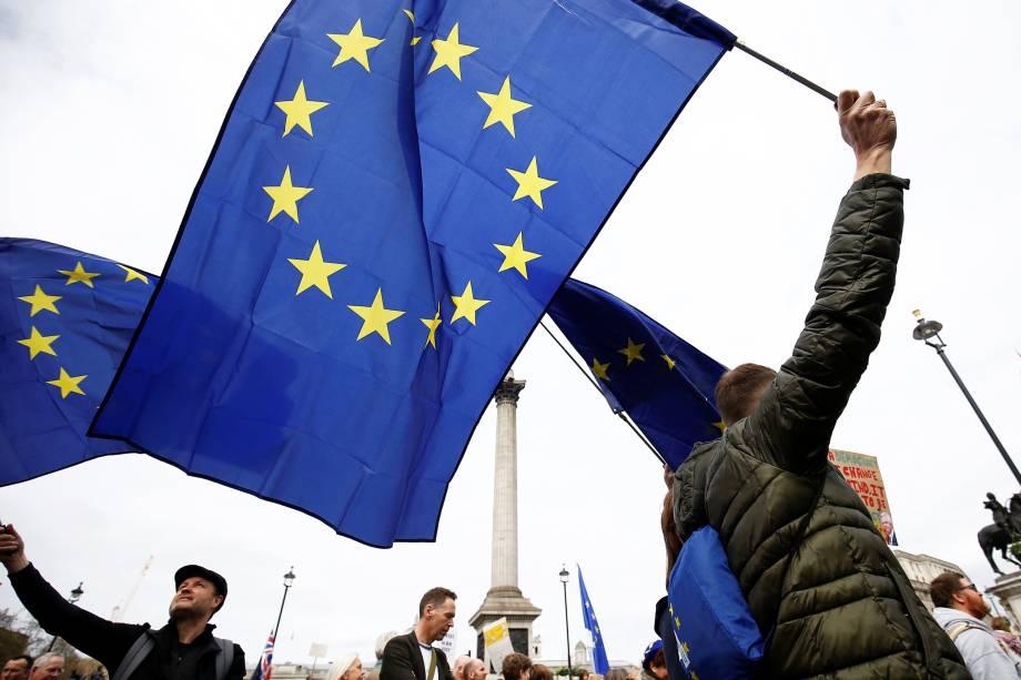 Manifestantes carregam bandeiras da União Europeia durante protesto contra o Brexit, em Londres - 23/03/2019