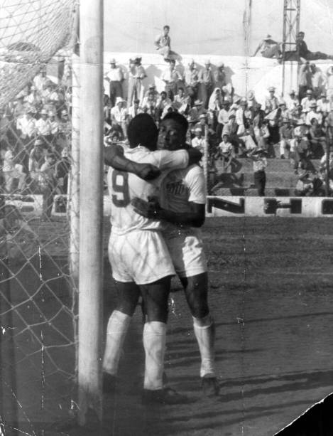 12 de dezembro 1961 - Pelé abraça Coutinho após a marcação do quarto gol do Santos contra o XV de Piracicaba