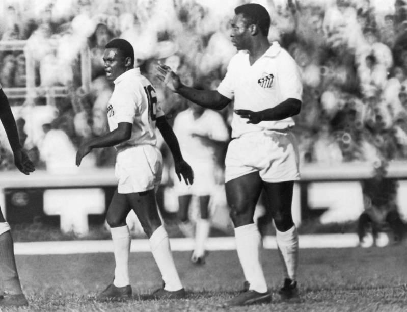 Pelé e Coutinho, durante jogo dos Santos em 1970