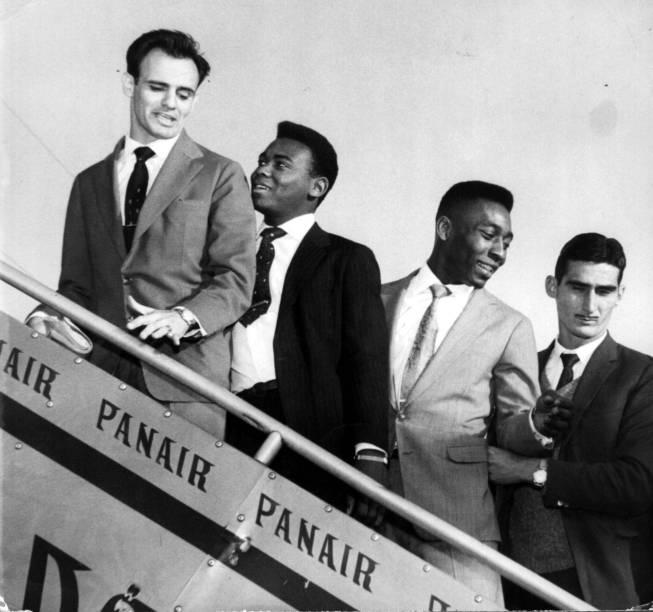 18 de julho de 1960 - Pelé embarca para mais um jogo internacional da seleção brasileira, junto com Pepe, Coutinho e Júlio Botelho (da esq. para a dir.). Como campeão de 1958, o Brasil estava automaticamente classificado para a Copa do Chile, em 1962