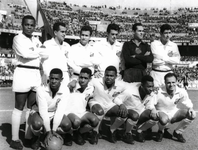 Time do Santos campeão mundial de futebol em 1962: em pé, Lima, Zito, Dalmo, Calvet, Gilmar e Mauro; agachados: Dorval, Mengálvio, Coutinho, Pelé e Pepe