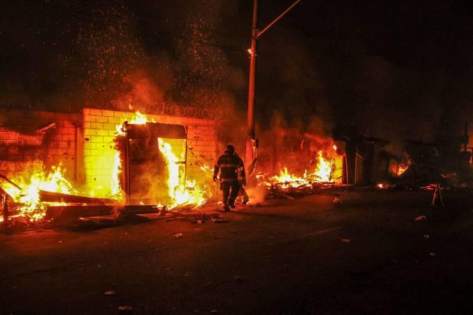 Incêndio atinge a Favela do Cimento, na Radial Leste, em SP