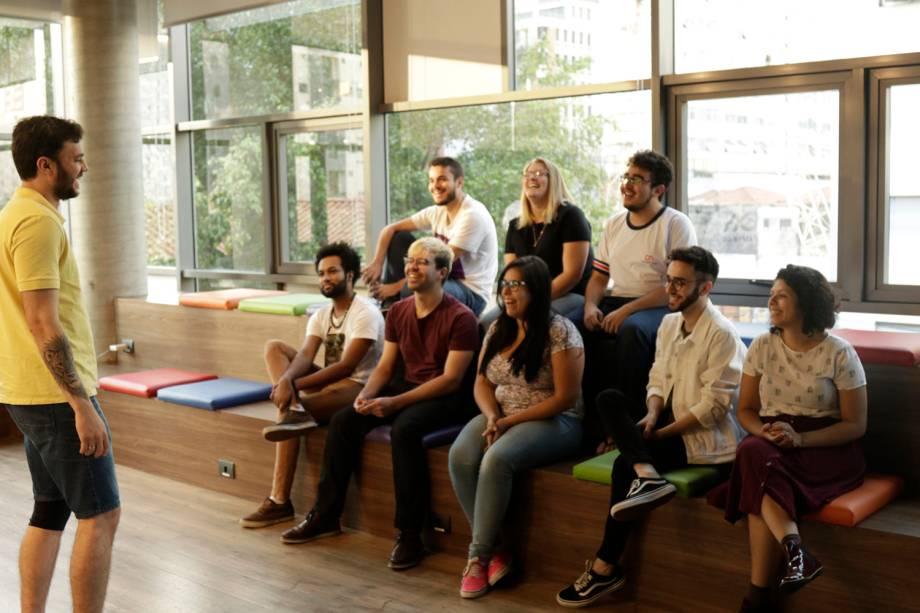 Reunião de colaboradores em ambiente descontraído no escritório do Nubank, em São Paulo