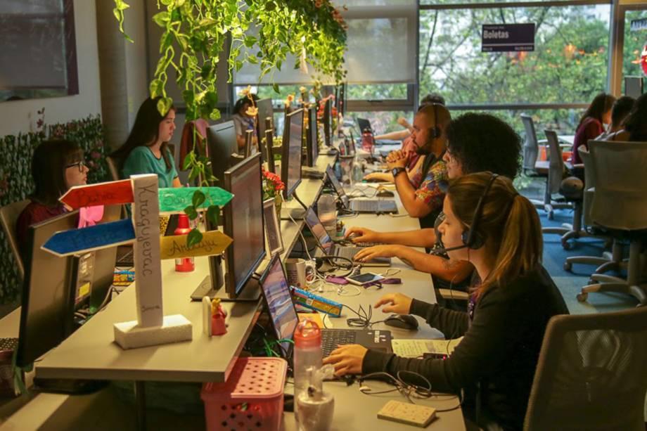 Funcionários trabalham em computadores no escritório do Nubank, em São Paulo.
