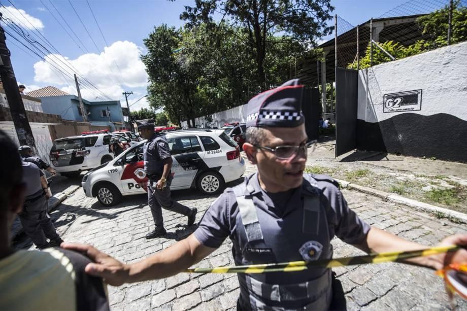 Policiais são vistos na entrada da Escola Estadual Raul Brasil, em Suzano (SP), após dois jovens entrarem no local e atirarem contra estudantes - 13/03/2019