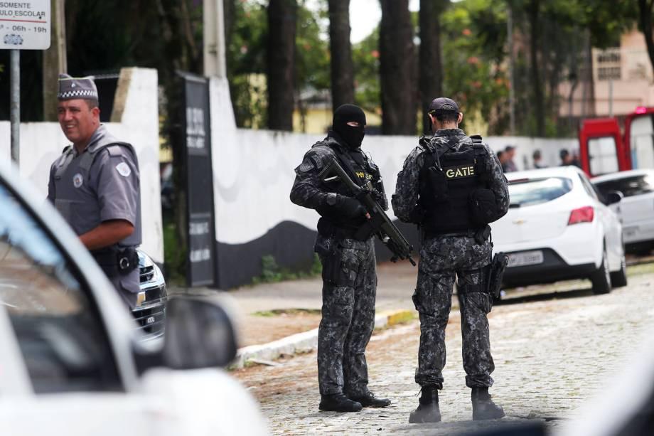 Policiais fazem patrulha na frente da Escola Estadual Raul Brasil, em Suzano (SP), após dois jovens entrarem no local e atirarem contra estudantes - 13/03/2019