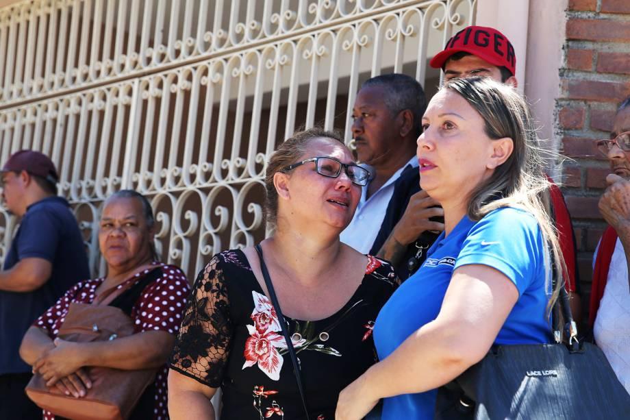 Movimentação de parentes e familiares na frente da Escola Estadual Raul Brasil, em Suzano (SP), após dois jovens entrarem no local e atirarem contra estudantes - 13/03/2019
