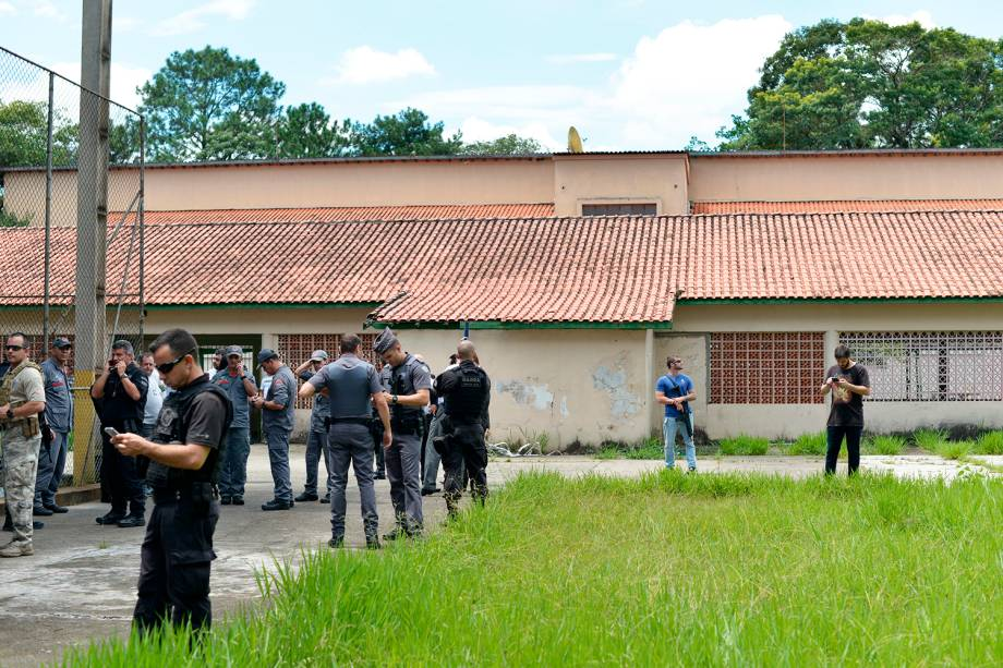 Movimentação de policiais no interior da Escola Estadual Raul Brasil, em Suzano (SP), após dois jovens entrarem no local e atirarem contra estudantes - 13/03/2019