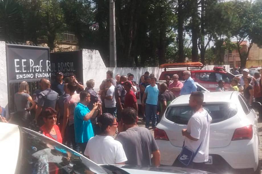 Movimentação em frente ao portão da Escola Estadual Raul Brasil, após tiroteio no local matar ao menos oito pessoas - 13/03/2019