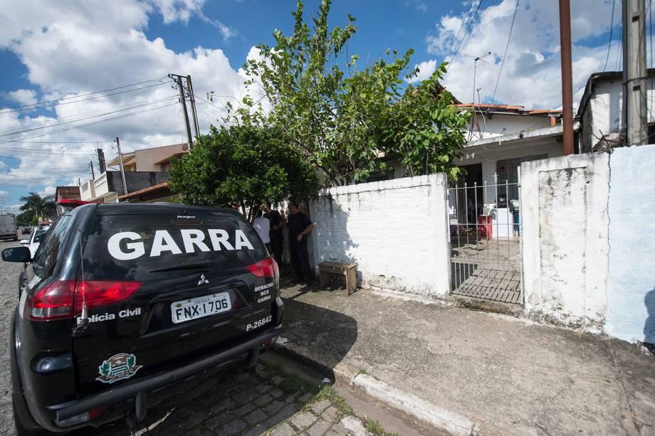 Viatura da polícia civil é vista em frente a casa de Guilherme Taucci Monteiro, 17, no número 1089 da Alameda Tenente José Bernardino - 13/03/2019