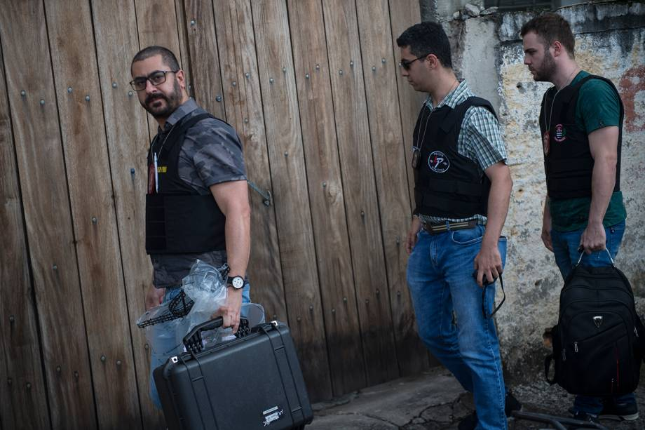 Agentes da perícia chegam a casa de Guilherme Taucci Monteiro, 17, no número 1089 da Alameda Tenente José Bernardino para a investigação - 13/03/2019