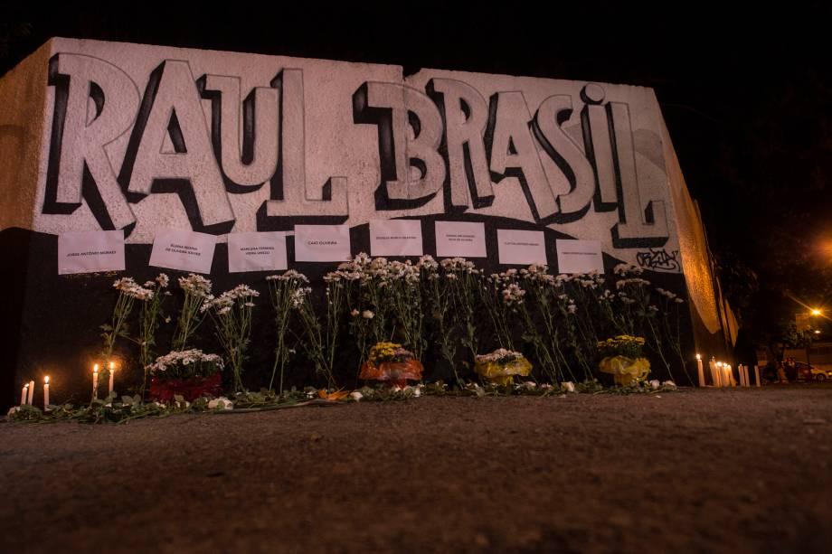 Homenagens em frente à escola Raul Brasil em Suzano (SP) após ataque que deixou dez mortos - 13/03/2019