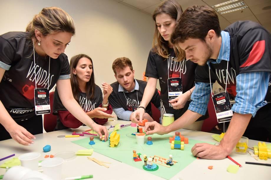Candidatos a vaga participam de dinâmica na etapa final de processo seletivo de 2018 da Nestlé, na sede da companhia, em São Paulo