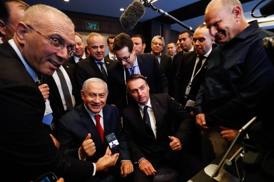 Jair Bolsonaro e Benjamin Netanyahu durante visita a exposição de produtos de empresas de inovação em Jerusalém, Israel