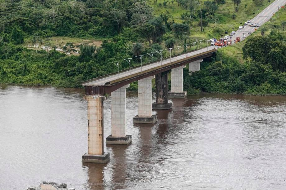 Parte de uma ponte do complexo Alça Viária, que liga regiões do Pará, caiu sobre o Rio Moju próximo ao município de Acará - 06/04/2019