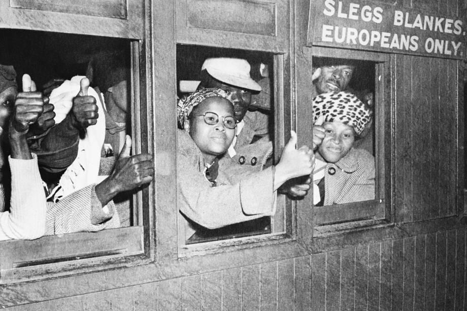 Pessoas nativas da África do Sul entram em trem destinado apenas para europeus na Cidade de Cabo. 34 pessoas foram presas na ocasião - 03/09/1952