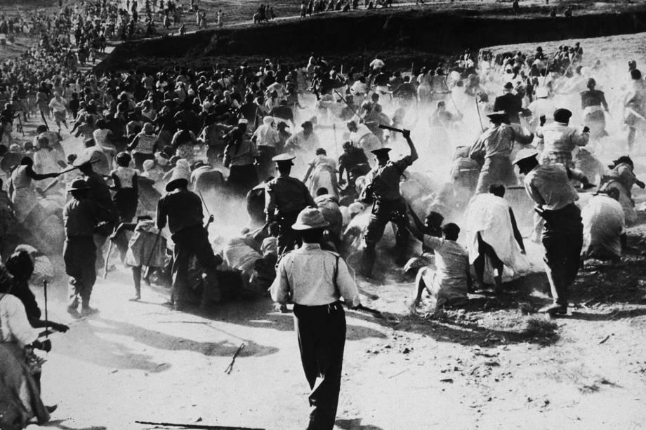 Polícia sul-africana agridem manifestantes com cacetetes durante protesto em Durban, na África do Sul - 1959