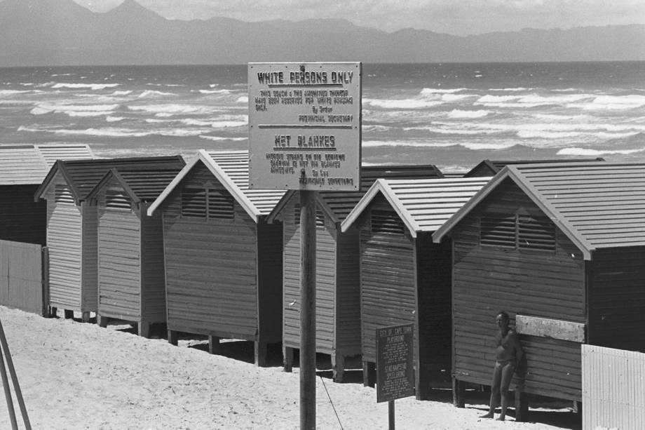 Placa indica que somente pessoas com pele branca podem frequentar a praia - 1960
