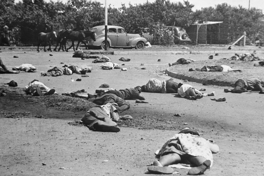Mais de cinquenta sul-africanos foram mortos após policiais dispararem contra manifestantes durante protesto em  Sharpeville, na África do Sul - 1960