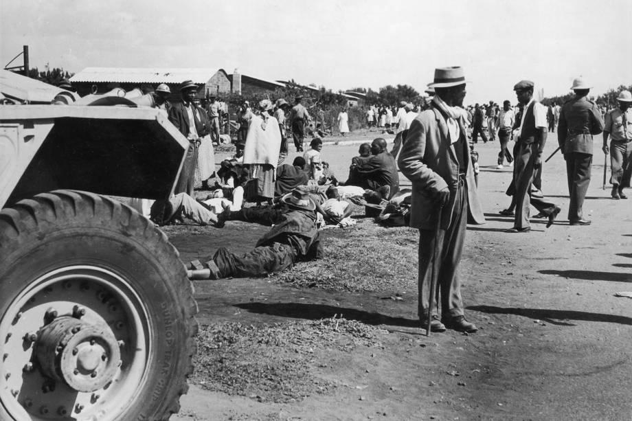 Mais de cinquenta sul-africanos foram mortos após policiais dispararem contra manifestantes durante protesto em  Sharpeville, na África do Sul - 23/03/1960