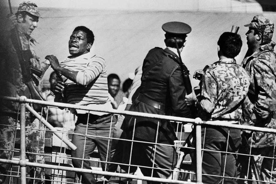Policiais e soldados entram em confronto com estudantes negros durante protesto em Soweto, na África do Sul - 21/06/1976
