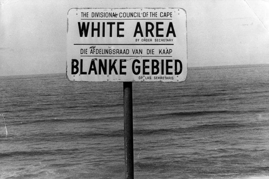 Placa indica que somente pessoas com pele branca podem frequentar praia nos arredores da Cidade do Cabo, na África do Sul - 22/07/1976