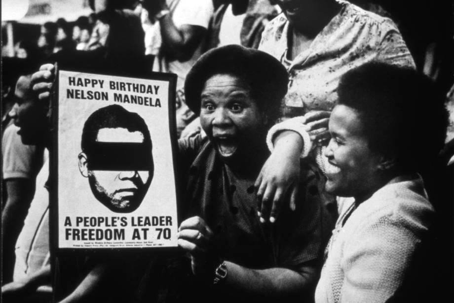 Mulheres participam de protesto contra o Apartheid e contra a prisão de Nelson Mandela, nos arredores da Universidade do Cabo Ocidental, localizada na Cidade do Cabo - 01/07/1988
