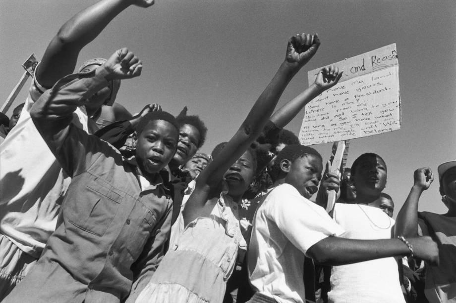 Manifestantes protestam contra o regime do Apartheid em Soweto, na África do Sul - 1989