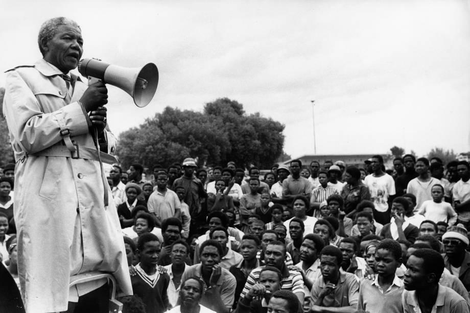 Nelson Mandela conversa com sul-africanos durante encontro - 14/10/1990
