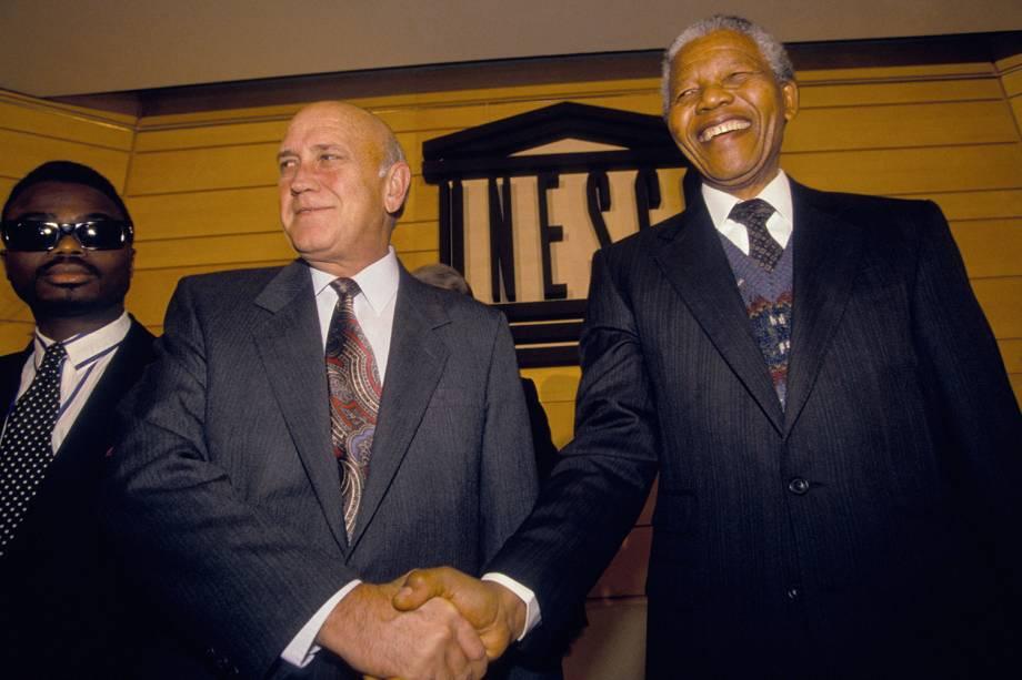 O líder sul-africano Nelson Mandela e o ex-presidente Frederik recebem o prêmio Félix Houphouët-Boigny, organizado pela UNESCO - 03/02/1992
