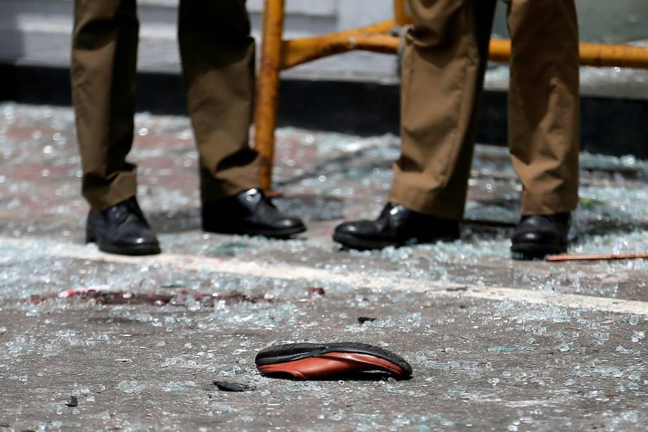 Sapato de uma vítima é visto em frente ao Santuário de Santo Antônio, na igreja de Kochchikade após uma explosão em Colombo, Sri Lanka - 21/04/2019