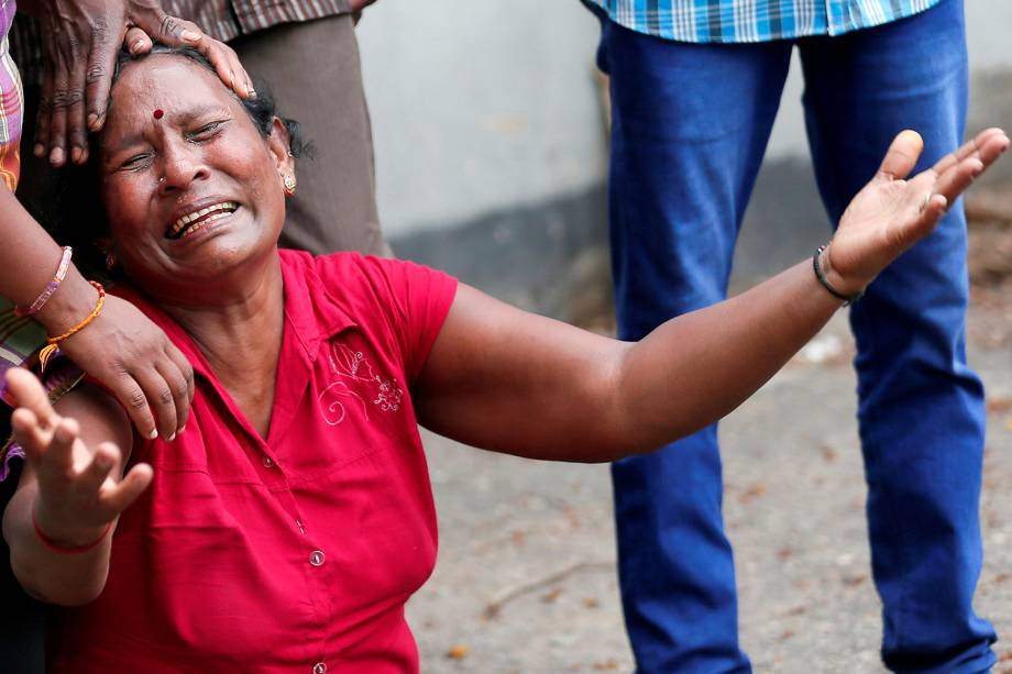 Parente de uma vítima chora na frente do Santuário de Santo Antônio, na igreja de Kochchikade após uma explosão em Colombo, Sri Lanka - 21/04/2019