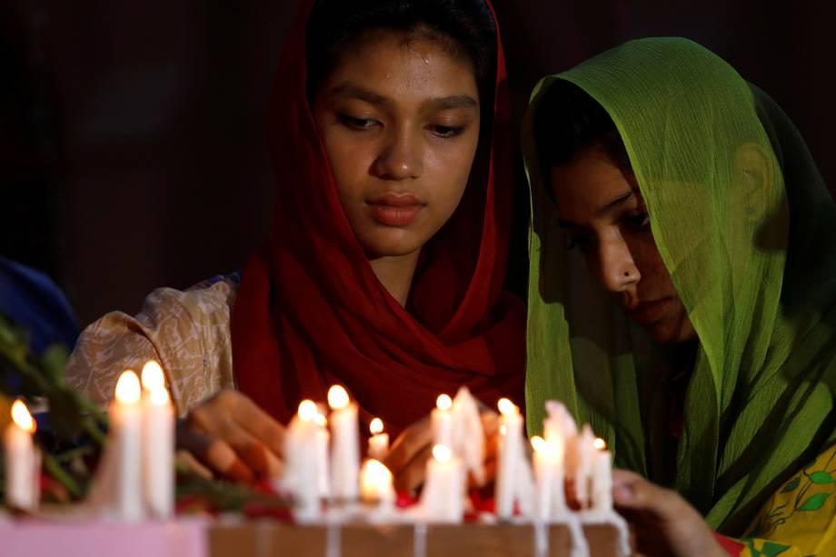 Pessoas acendem velas para as vítimas das explosões em série do Sri Lanka, em frente a uma igreja em Peshawar, Paquistão - 21/04/2019