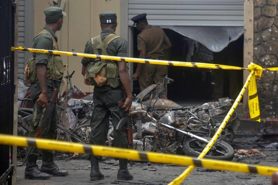 Policiais analisam a destruição de uma igreja em Batticaloa após os ataques com bomba no Sri Lanka - 21/04/2019
