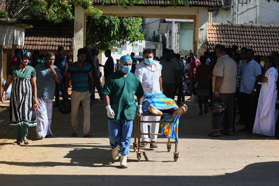 Médicos carregam o corpo de uma vítima no hospital do Sri Lanka após uma explosão em uma igreja de Batticaloa - 21/04/2019