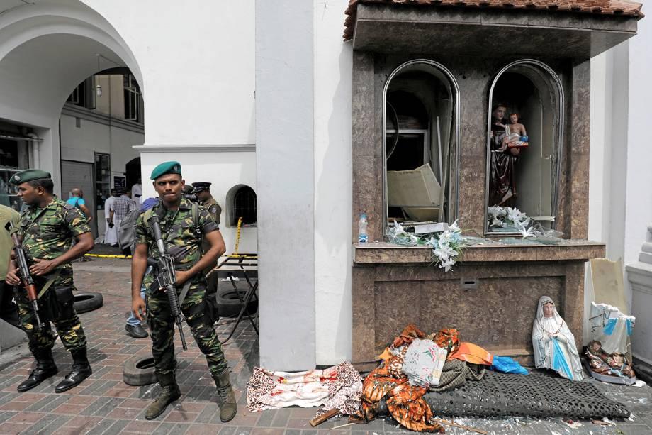 Militares cingaleses montam guarda em frente ao Santuário de Santo Antônio, igreja de Kochchikade, após uma explosão em Colombo, no Sri Lanka - 21/04/2019