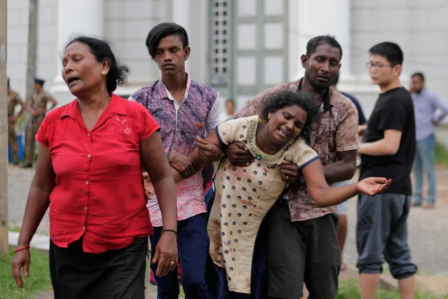 Parentes de vítimas lamentam as perdas em um necrotério em Colombo, após os ataques explosivos terem matados mais de 100 pessoas - 21/04/2019
