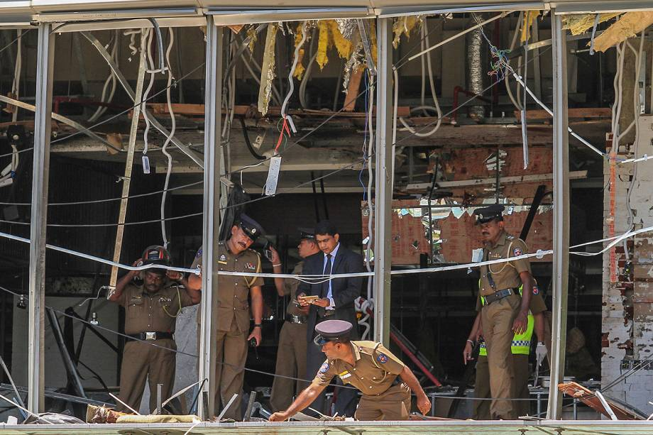 Policiais inspecionam os estragos da explosão no hotel Shangri-la, em Colombo, no Sri Lanka - 21/04/2019