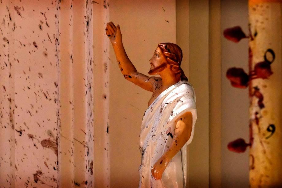 Sangue das vítimas é visto na estátua de Jesus Cristo na Igreja de São Sebastião após a explosão em Negombo, no Sri Lanka - 21/04/2019