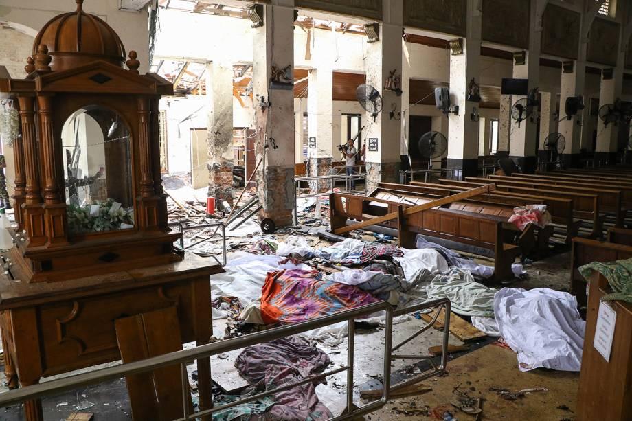 Corpos são cobertos com panos após uma explosão no Santuário de Santo Antônio, em Kochchikade, Colombo, no Sri Lanka - 21/04/2019