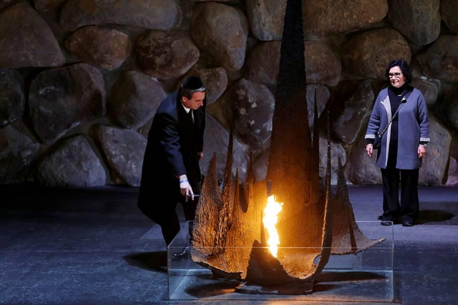Bolsonaro observa a chama eterna em homenagem aos milhões de judeus mortos durante a Segunda Guerra, no Salão da Memória do Centro de Memória do Holocausto Yad Vashem, em Jerusalém - 02/04/2019