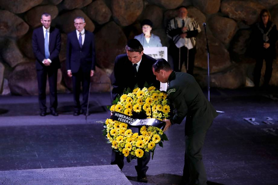 Bolsonaro leva coroa de flores como homenagem ao Museu do Holocausto, em Jerusalem - 02/04/2019