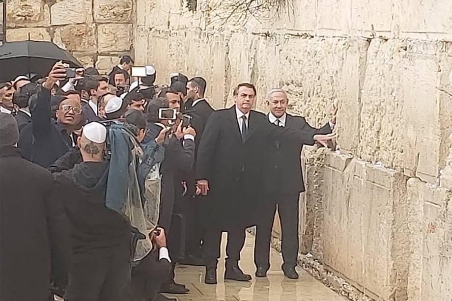 O presidente Jair Bolsonaro visita o Muro das Lamentações ao lado do primeiro Ministro de Israel Benjamin Netanyahu