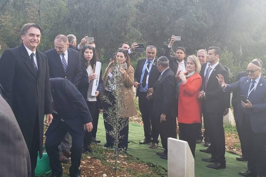 Jair Bolsonaro planta uma muda de árvore no Bosque das Nações - 02/04/2019
