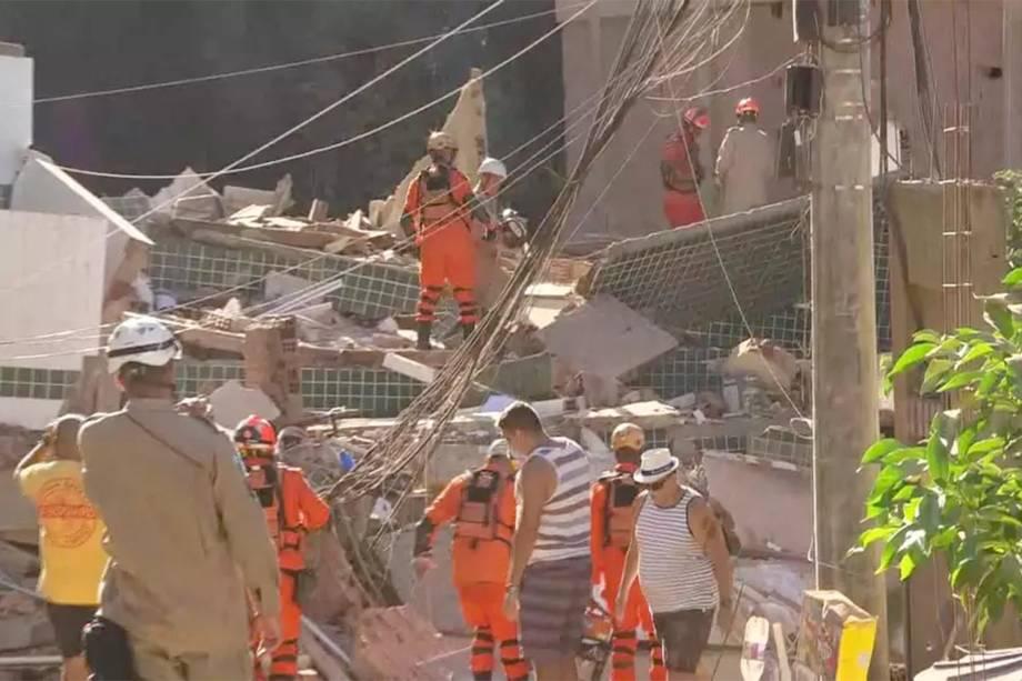 Bombeiros trabalham no resgate de vítimas de desabamento na comunidade da Muzema, no Rio de Janeiro - 12/04/2019