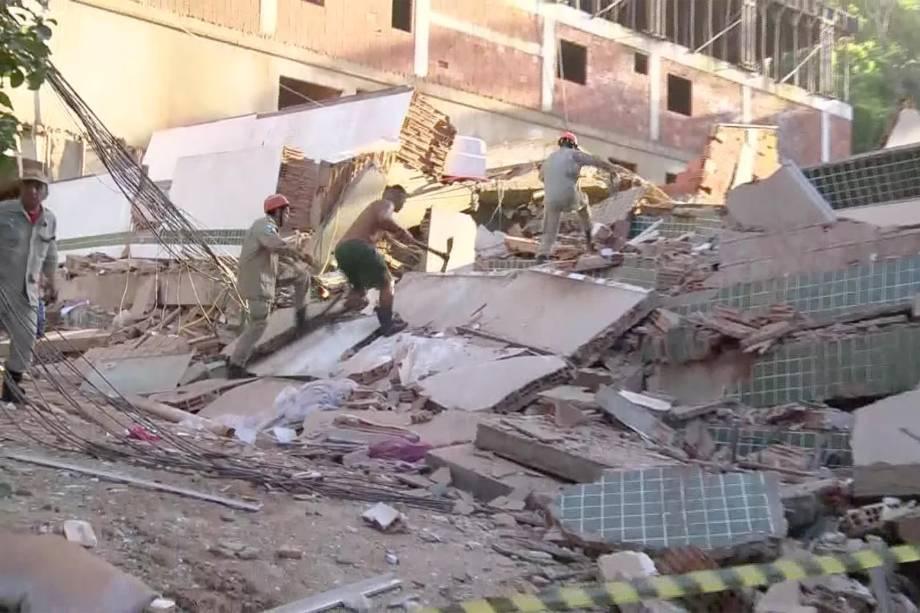 Bombeiros e voluntários procuram por vítimas em meio aos escombros de dois prédios que desabaram na comunidade Muzema, no Rio de Janeiro - 12/04/2019