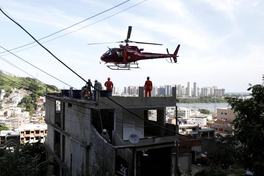 Pessoa em uma maca é transportada em um helicóptero depois que um prédio desmoronou na comunidade de Muzema, no Rio de Janeiro - 12/04/2019